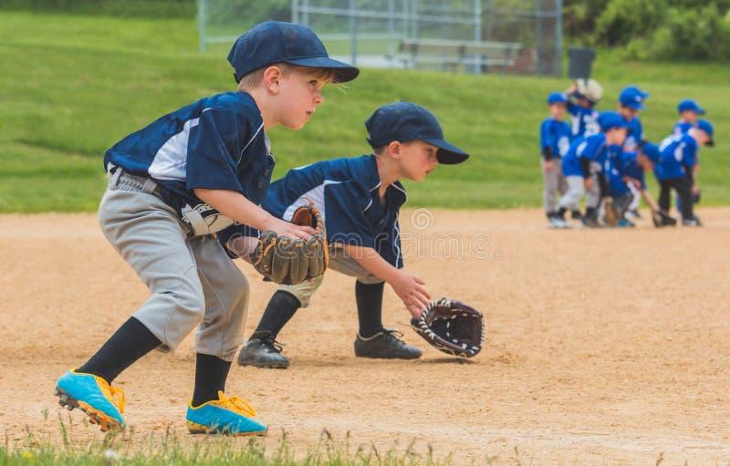 Młodość gracz baseballa Odpowiada Zmielone piłki zdjęcie stock