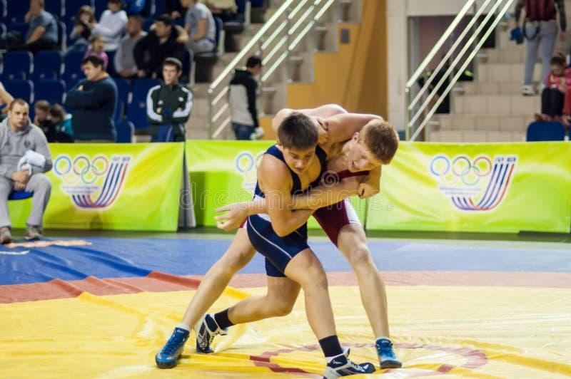 Młodość rywalizacje na sportowym zapaśnictwie fotografia stock
