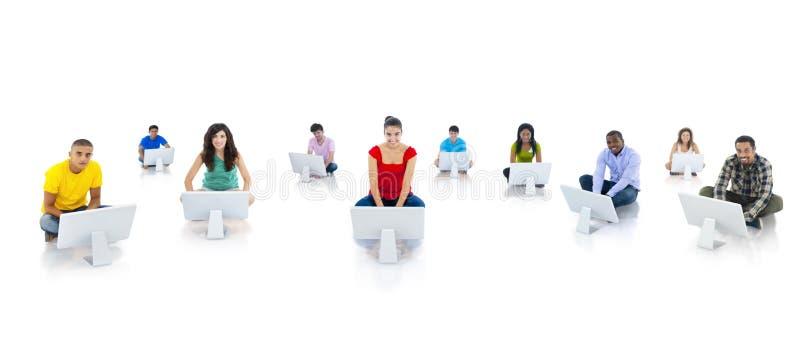 Młodość używa komputer społeczności pojęcie zdjęcia royalty free