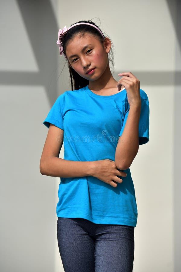 Młodociany nastolatek dziewczyny czekanie zdjęcie royalty free
