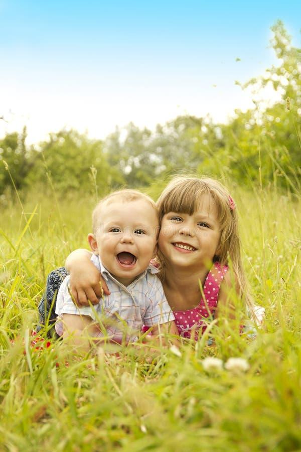 Młodszy brat i siostra bawić się na naturze zdjęcia stock