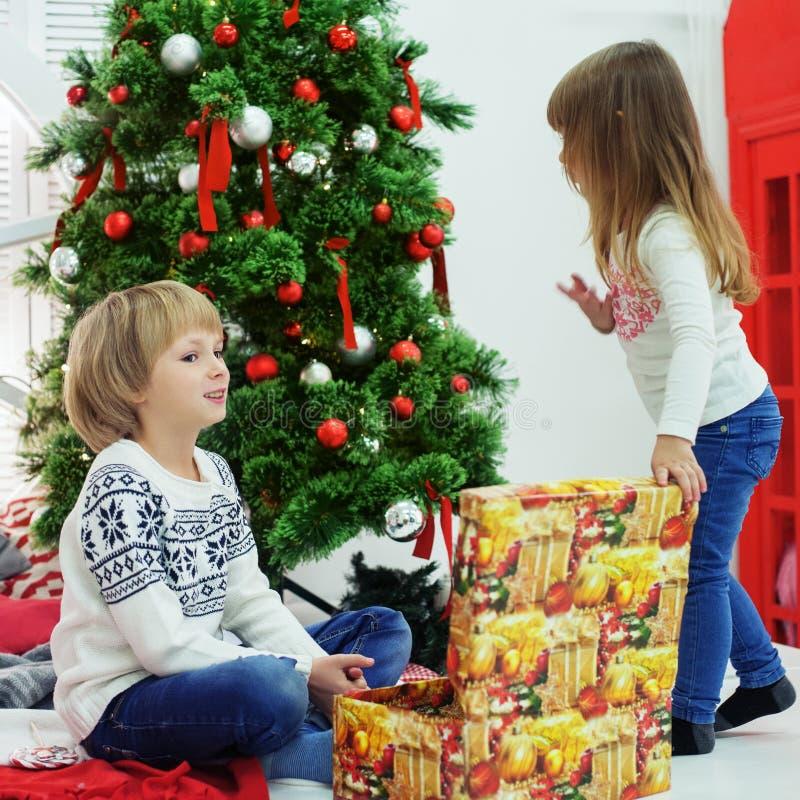 Młodszy brat i siostra otrzymywający prezenty zdjęcie royalty free