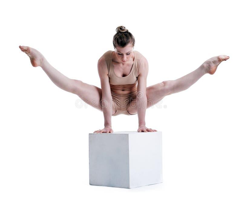 Młody ładny akrobata pozuje z sześcianem w studiu obraz stock