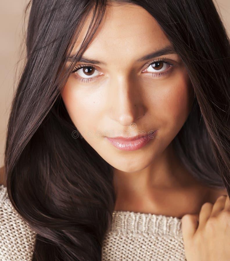 Młody ładny garbnikujący dziewczyny zakończenie w górę portret uśmiechniętej ufnej brunetki ciepłej zdjęcia royalty free