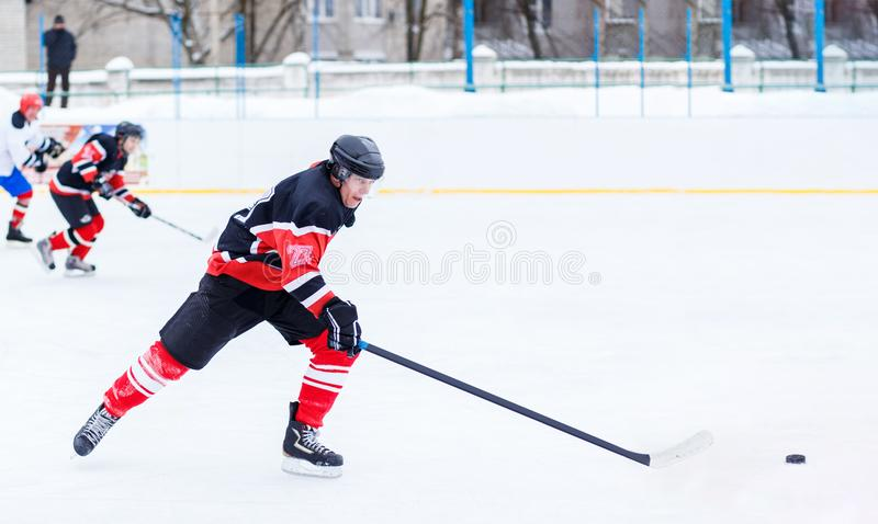Młody łyżwiarka mężczyzna w ataku Lodowy mecz hokeja fotografia stock