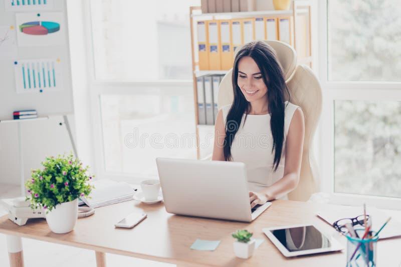 Młody śliczny bizneswoman pisać na maszynie na jej laptopie przy nowożytny offic zdjęcia royalty free
