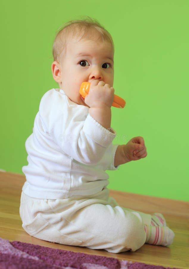 Młody śliczny dziecka obsiadanie na podłoga zdjęcia royalty free