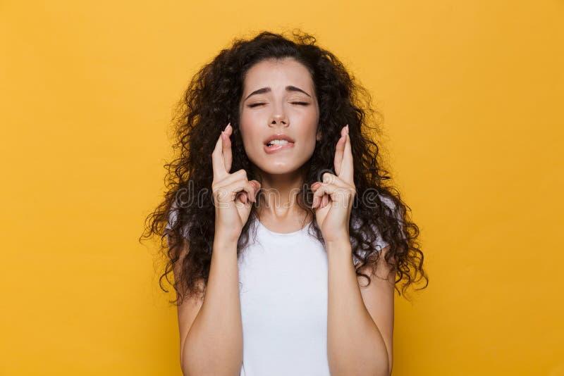 Młody śliczny kobiety pozować odizolowywam nad żółtym tłem pokazuje obiecującego zadawala gest fotografia stock