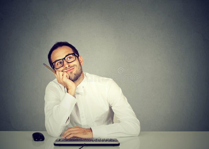 Młody śmieszny biznesowego mężczyzna myślący rojenie fotografia royalty free