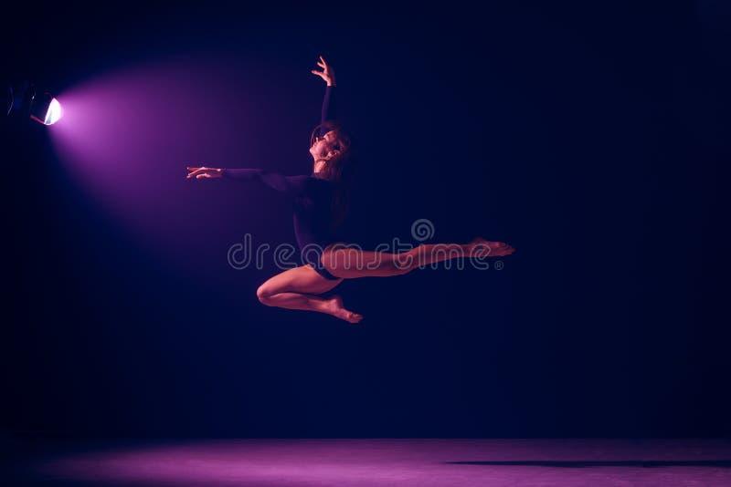 Młody żeński baletniczy tancerz na neonowych świateł studia tle obraz royalty free