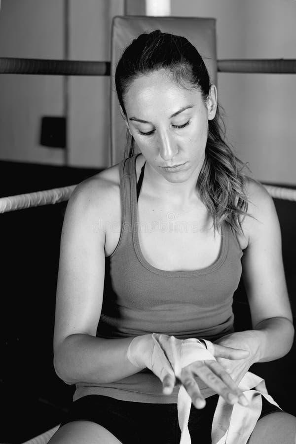 Młody żeński bokser wiąże w górę jej ręk obraz stock
