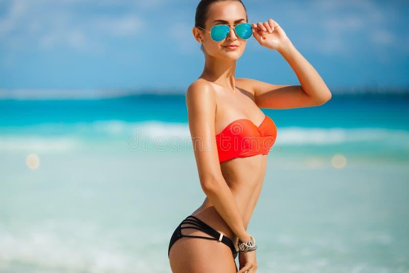 Download Młody żeński Cieszy Się Słoneczny Dzień Na Tropikalnej Plaży Obraz Stock - Obraz złożonej z moda, życie: 53781885