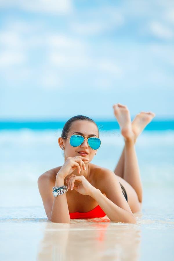 Download Młody żeński Cieszy Się Słoneczny Dzień Na Tropikalnej Plaży Zdjęcie Stock - Obraz złożonej z dziewczyna, stanik: 53781956