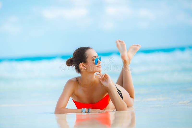 Download Młody żeński Cieszy Się Słoneczny Dzień Na Tropikalnej Plaży Zdjęcie Stock - Obraz złożonej z kąpanie, brunetka: 53782000