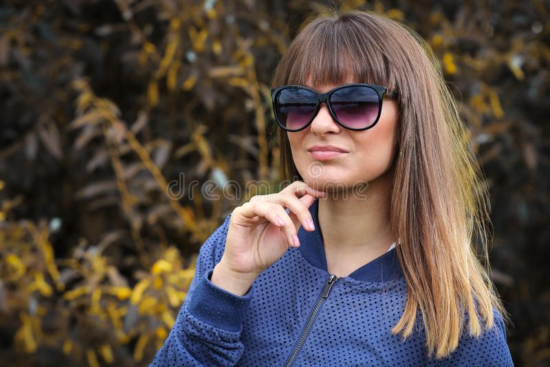 Młody żeński nastoletni w okularach przeciwsłonecznych w parku Moda portret atrakcyjna dziewczyna Piękna modna kobieta w plenerow obrazy royalty free
