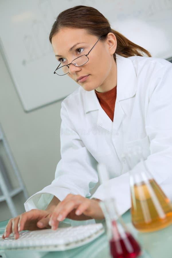 Młody żeński naukowiec pracuje z cieczami w laboratorium obraz stock