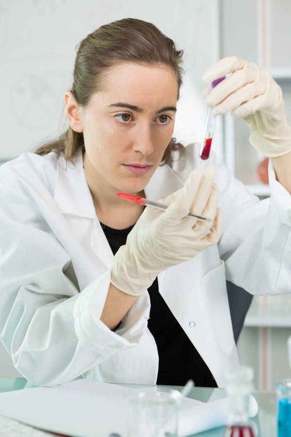 Młody żeński naukowiec w lab żakiecie w lab zdjęcie stock