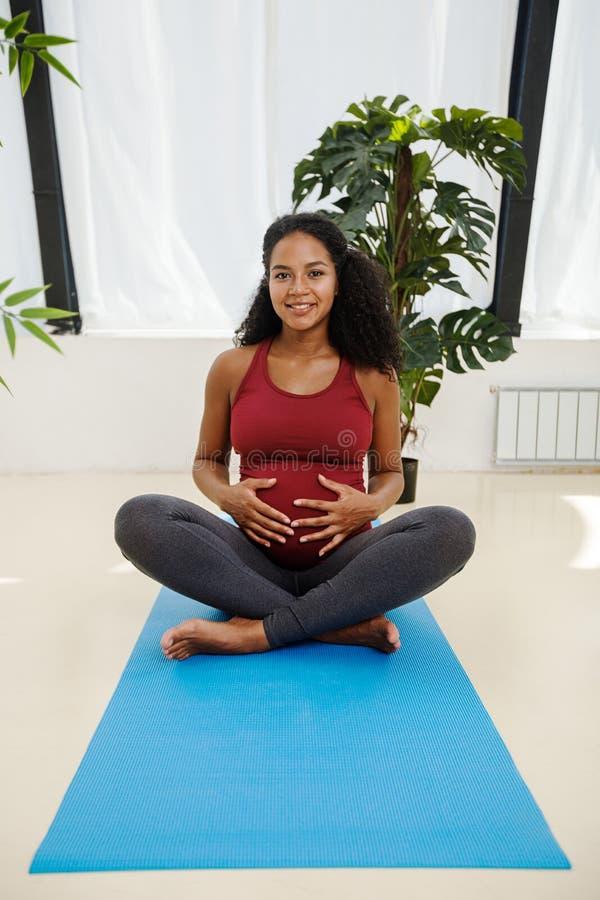 Młody żeński odpoczywać po joga ćwiczeń obraz royalty free