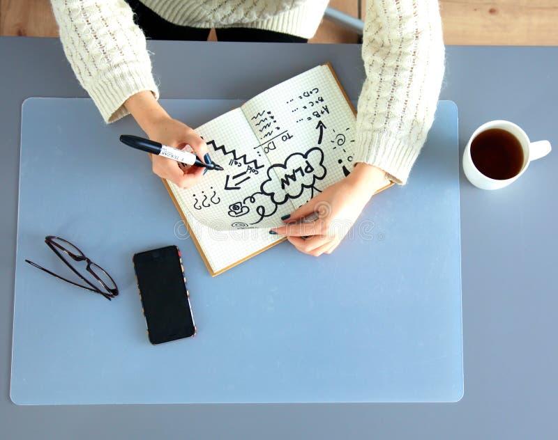 Młody żeński projektant używa grafiki pastylkę podczas gdy obrazy royalty free