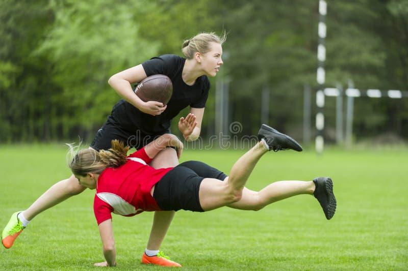 Młody żeński rugby gracz na zielonym backround fotografia royalty free