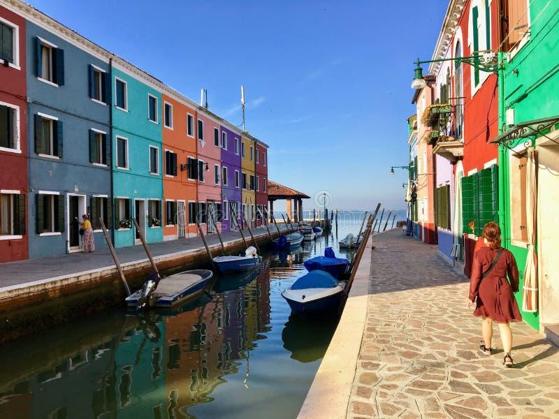 Młody żeński turysta bada pięknego widok sławni kanały sama colourful domy i fotografia stock
