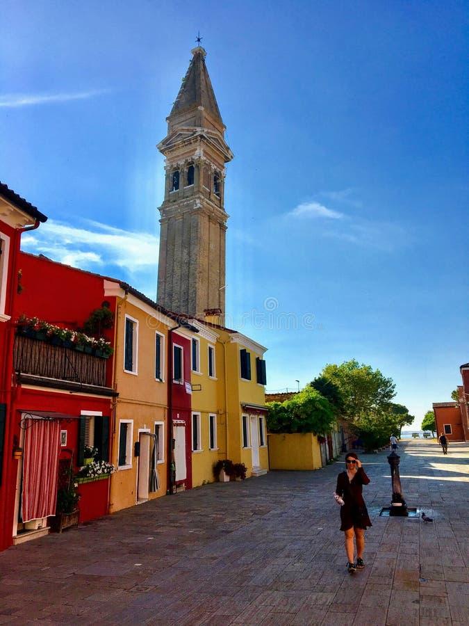 Młody żeński turysta bada pięknego widok sławni kanały sama colourful domy miasteczko Burano i zdjęcie stock