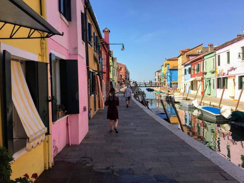 Młody żeński turysta bada pięknego widok sławni kanały sama colourful domy miasteczko Burano i obraz royalty free