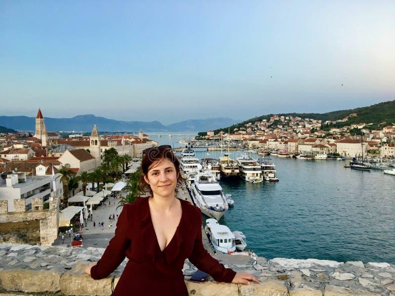 Młody żeński turysta przy wierzchołkiem Basztowy Kamerlengo Trogir w starym miasteczku Trogir, Chorwacja obraz stock