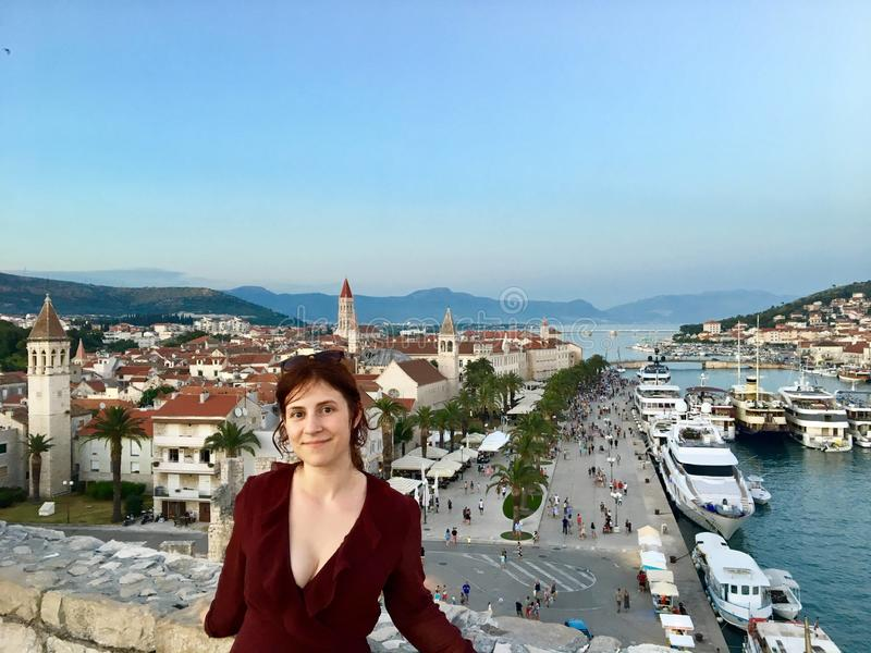 Młody żeński turysta przy wierzchołkiem Basztowy Kamerlengo Trogir w starym miasteczku Trogir, Chorwacja obraz royalty free