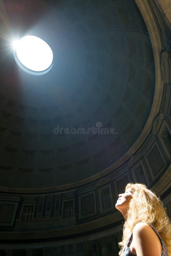 Młody żeński turysta wśrodku panteonu w Rzym zdjęcia royalty free