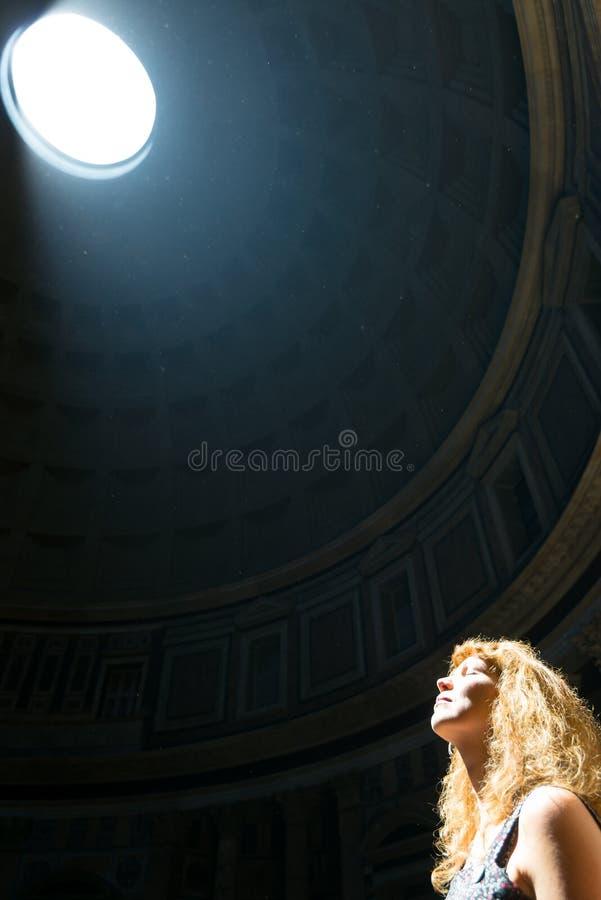 Młody żeński turysta wśrodku panteonu w Rzym, Włochy obraz stock