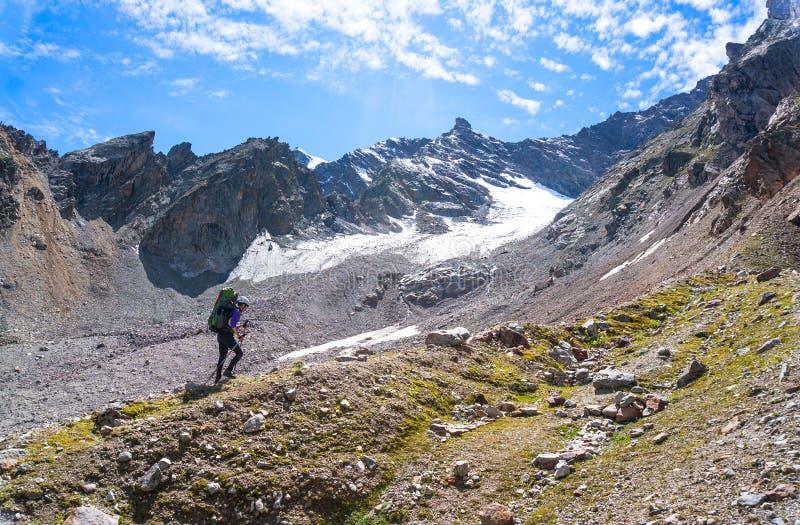 Młody żeński turystyczny poruszający up strona góra zdjęcie royalty free