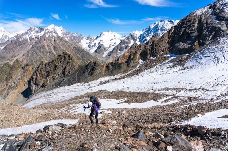 Młody żeński turystyczny poruszający up strona góra zdjęcia stock