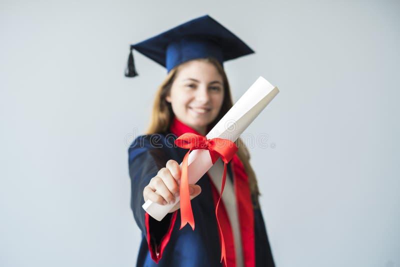 Młody żeński uczeń kończy studia od uniwersyteta fotografia stock