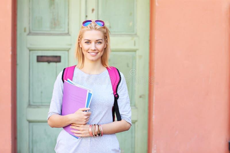 Młody żeński uczeń przy kampusem obraz royalty free