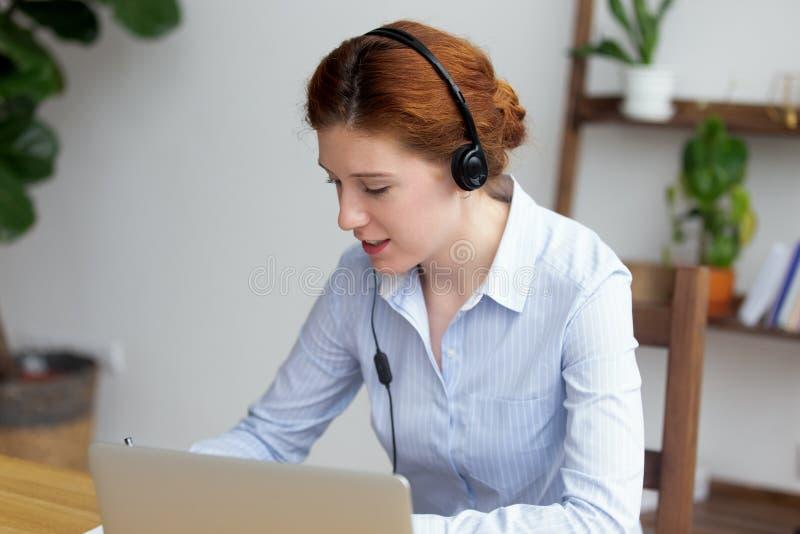 Młody żeński uczenie język obcy przez interneta obraz royalty free