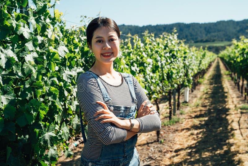 Młody żeński winemaker w winnicy zdjęcia stock
