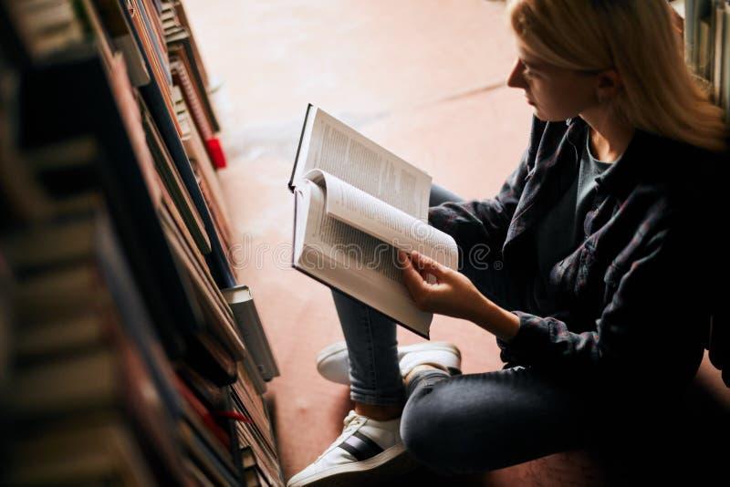 Młody żeńskiego ucznia studiowanie w bibliotecznym wykształceniu wyższe Studencki życie obraz royalty free