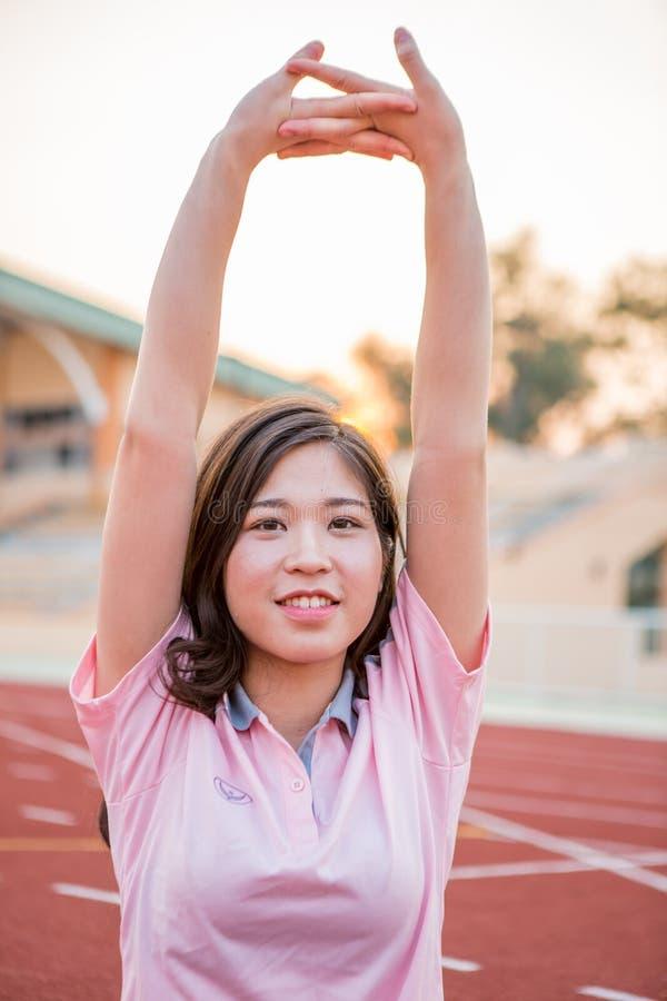 Młody żeńskiej atlety rozciąganie i rozgrzewkowy up obraz stock