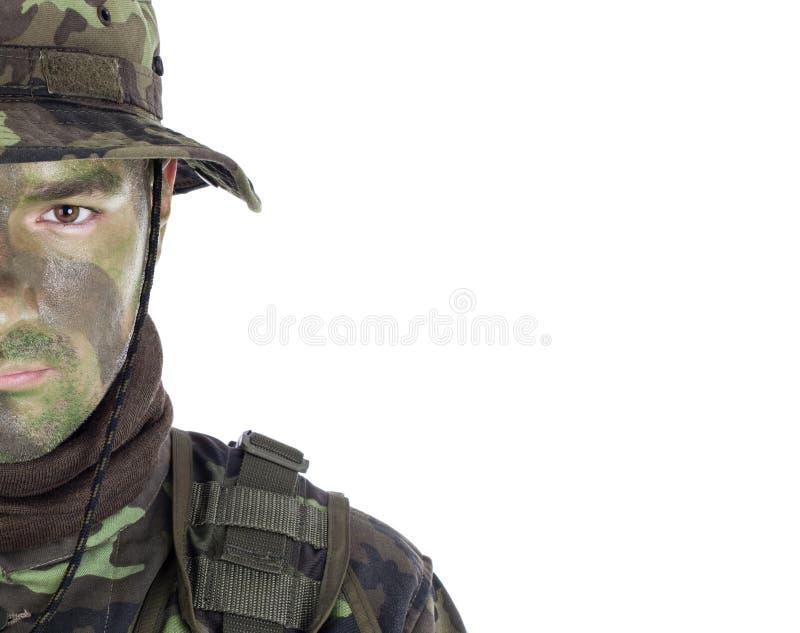 Młody żołnierz z dżungla kamuflażu farbą obraz stock