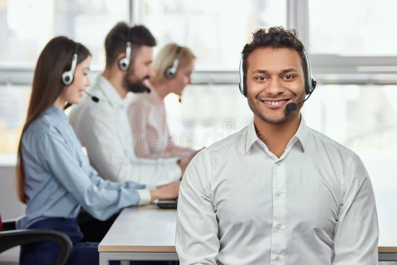 Młody życzliwy męski obsługa klienta operator obraz royalty free