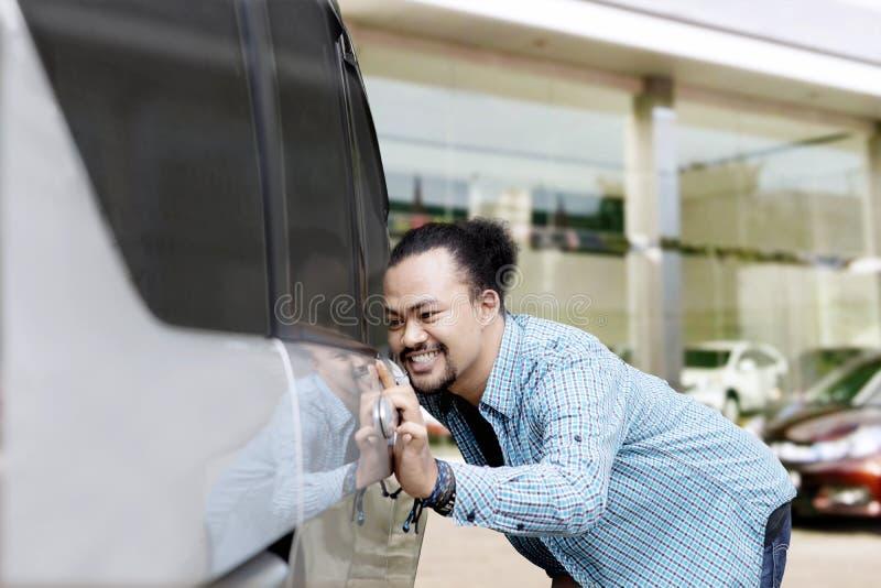 Młody Afro mężczyzna dotyka nowego samochód zdjęcia royalty free