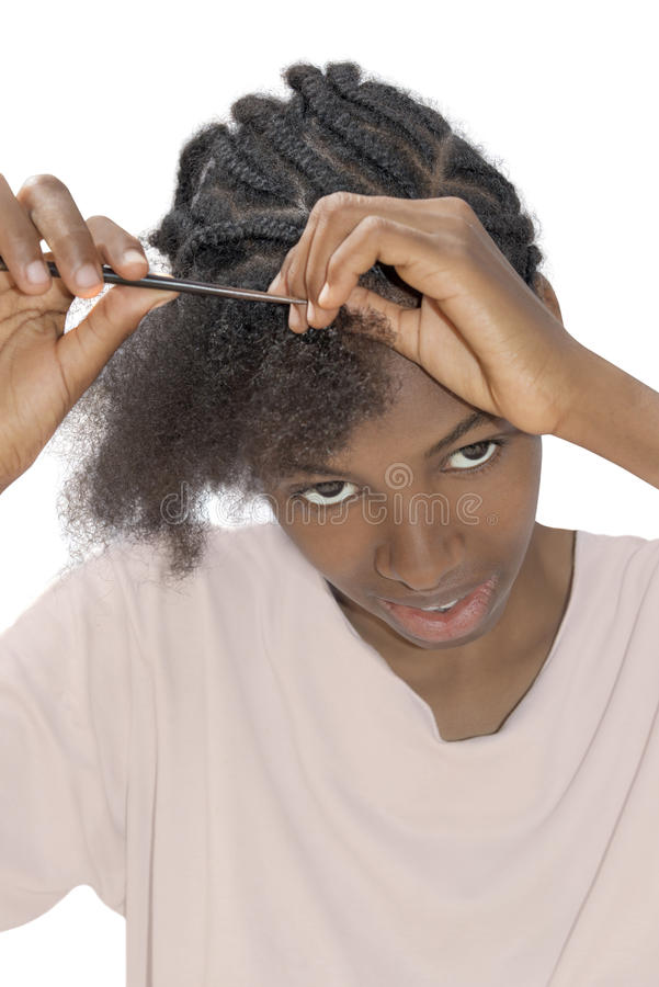 Młody Afro piękno detangling jej włosy, fotografia stock