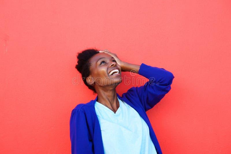 Młody afrykański żeński śmiać się z jej ręką na głowie zdjęcie royalty free