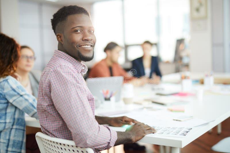 Młody Afrykański mężczyzna Pozuje w biurze zdjęcia royalty free