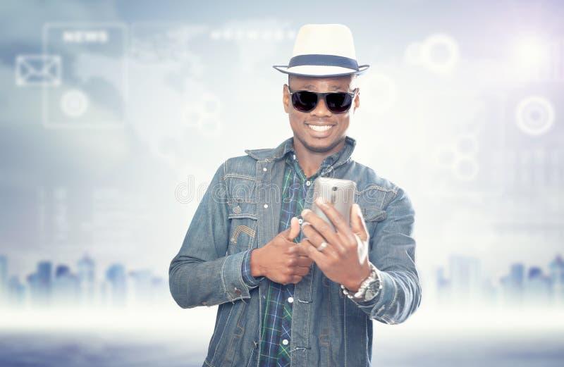 Młody amerykański afrykański facet z telefonem komórkowym przystojny m??czyzna fotografia royalty free