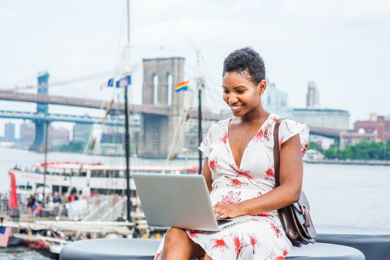 Młody amerykanin afrykańskiego pochodzenia kobiety podróżować, pracuje w Nowy Jork obraz stock