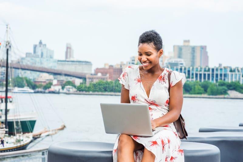 Młody amerykanin afrykańskiego pochodzenia kobiety podróżować, pracuje w Nowy Jork fotografia stock