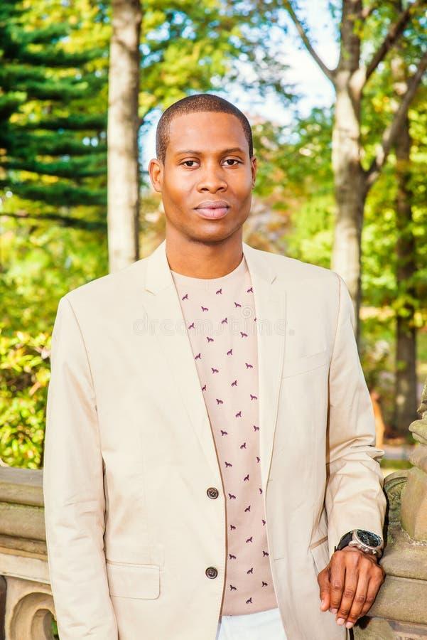 Młody amerykanin afrykańskiego pochodzenia mężczyzna podróżuje w central park, Nowy Jork fotografia royalty free