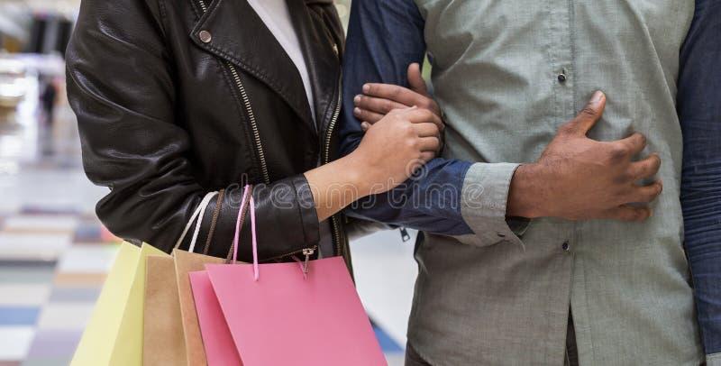 Młody amerykanin afrykańskiego pochodzenia pary odprowadzenie na ręce zdjęcia stock
